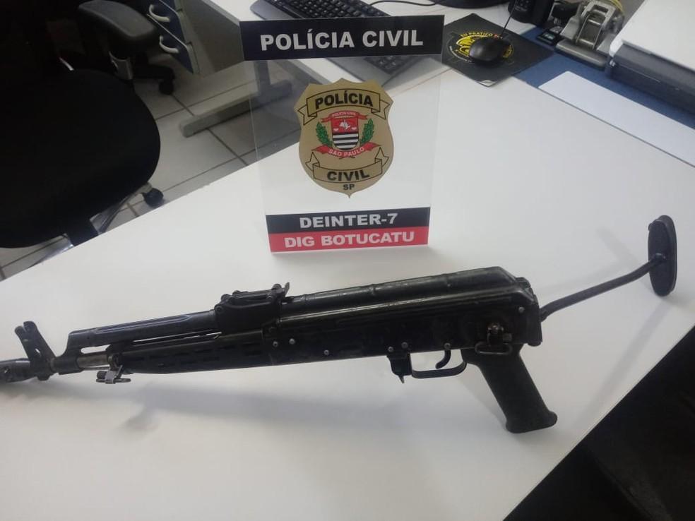 Fuzil usado em ataque a bancos de Botucatu é achado às margens de rodovia — Foto: Polícia Civil/Divulgação