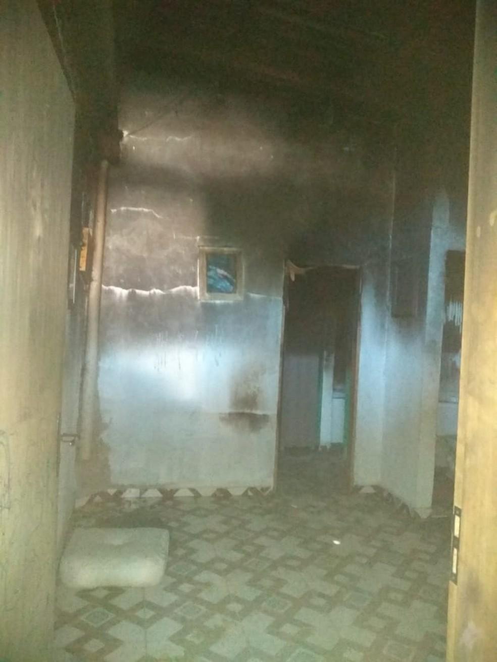 Casa e parte do telhado foram comprometidos após homem atear fogo em SP — Foto: G1 Santos
