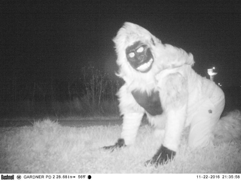 Pessoa fantasiada de gorila foi flagrada por câmera de monitoramento da polícia de Gardner (Foto: Gardner Police Department)