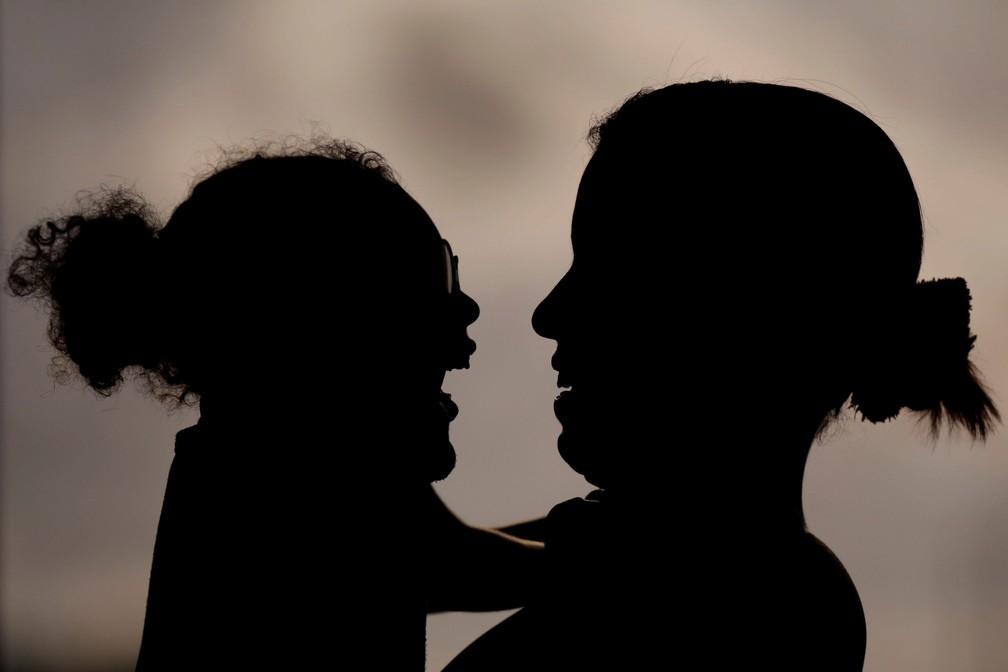 Rosana Vieira Alves, de 28 anos, sorri com a filha de dois anos Luana Vieira, que nasceu com microcefalia, durante uma avaliação com um fisioterapeuta na Fundação Altino Ventura, no Recife — Foto: Ueslei Marcelino/Reuters