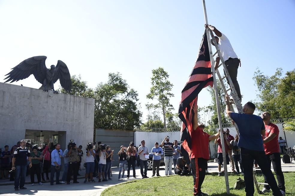 Funcionários colocam a bandeira a meio mastro no Ninho do Urubu — Foto: André Durão / GloboEsporte.com