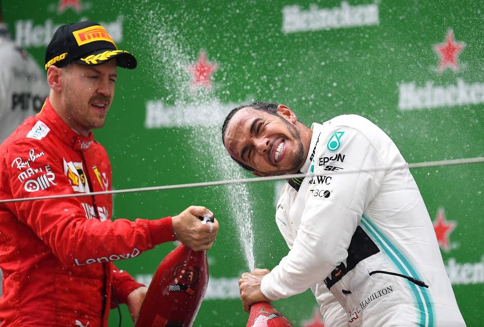 Vettel e Hamilton no pódio do GP da China de 2019: britânico foi o vencedor da prova — Foto: Getty Images