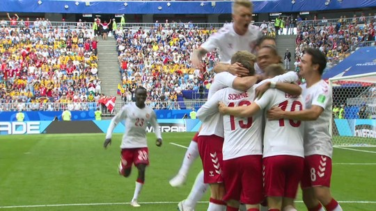 Gol da Dinamarca! Eriken recebe na área, bate de primeira e abre o placar