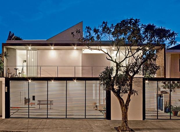 Claraboias e grandes portas com vidro deixam a luz solar entrar em diferentes momentos do dia nos ambientes deste sobrado de 210 m², em São Paulo. No projeto da Casa 14, a estrutura de concreto vazada integra o interior com o exterior (Foto: Maíra Acayaba / Casa e Jardim)