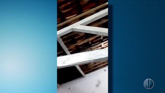 Mães de alunos de escola potiguar protestam por causa de buracos e morcegos dentro de sala de aula