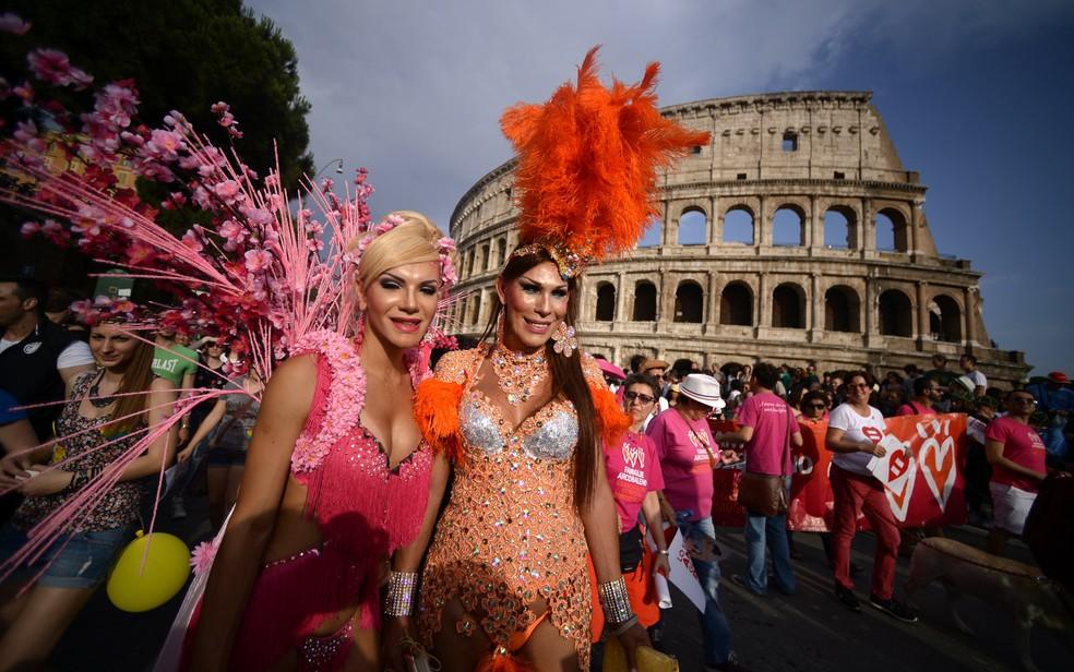 Pessoas celebram a parada do orgulho LGBT em frente ao Coliseu em Roma, na Itália, em 2015 — Foto: Filippo Monteforte/AFP