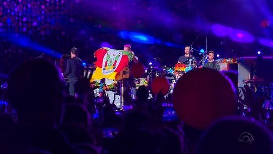 Pai de vocalista do Coldplay vai com traje típico gaúcho a show da banda em Porto Alegre