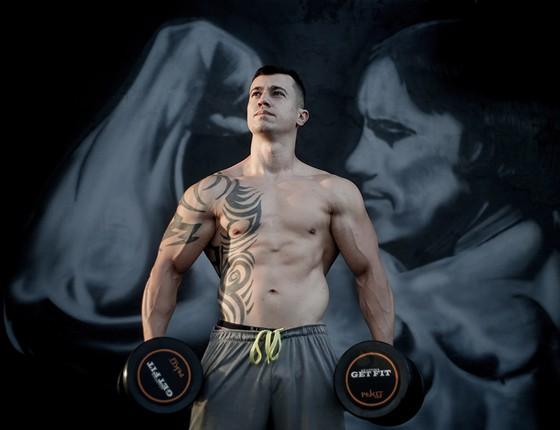 Lucas Cabral, 44 centímetros de bíceps. Em busca do corpo trincado, ele usou um anabolizante sem controle (Foto: MARCOS ALVES/AGÊNCIA O GLOBO)