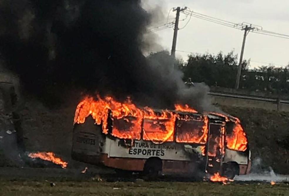 Micro-ônibus pegou fogo e ficou destruído em Birigui (SP) (Foto: Arquivo Pessoal)