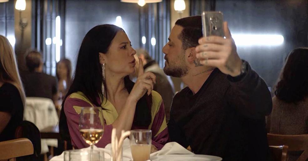 Vivi (Paolla Oliveira) escapa de novos beijos de Abdias (Felipe Titto), em 'A Dona do Pedaço' â?? Foto: Globo