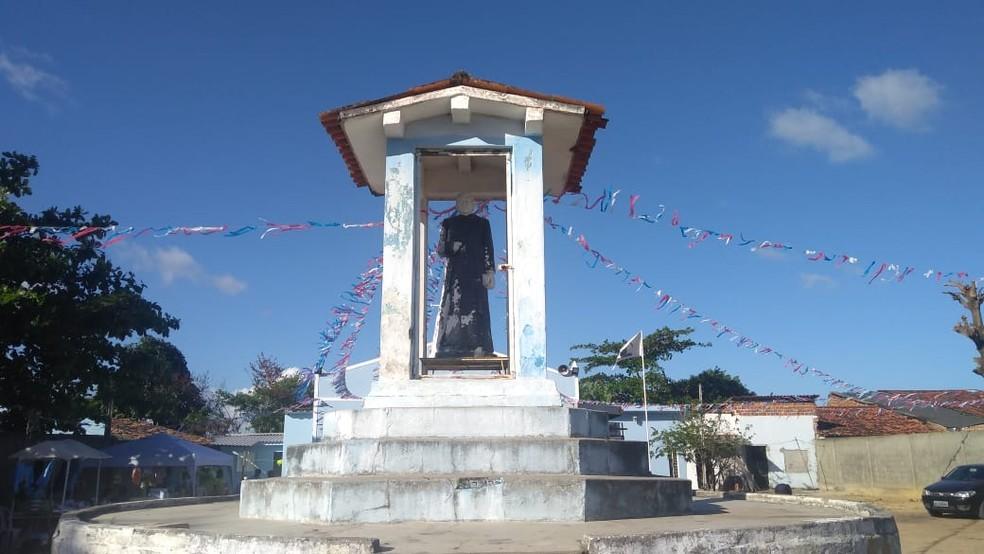 Imagem de Padre Cícero na capela marca início da romaria à Juazeiro do Norte, no Ceará (Foto: Matheus Tenório/G1)