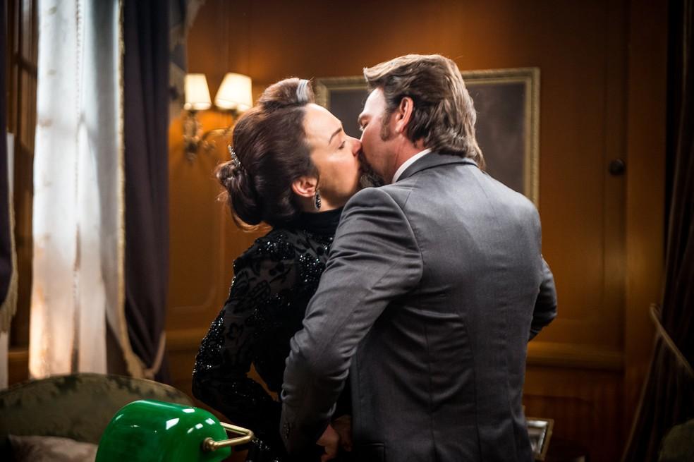 Julieta e Aurélio se beijam (Foto: Raquel Cunha/TV Globo)
