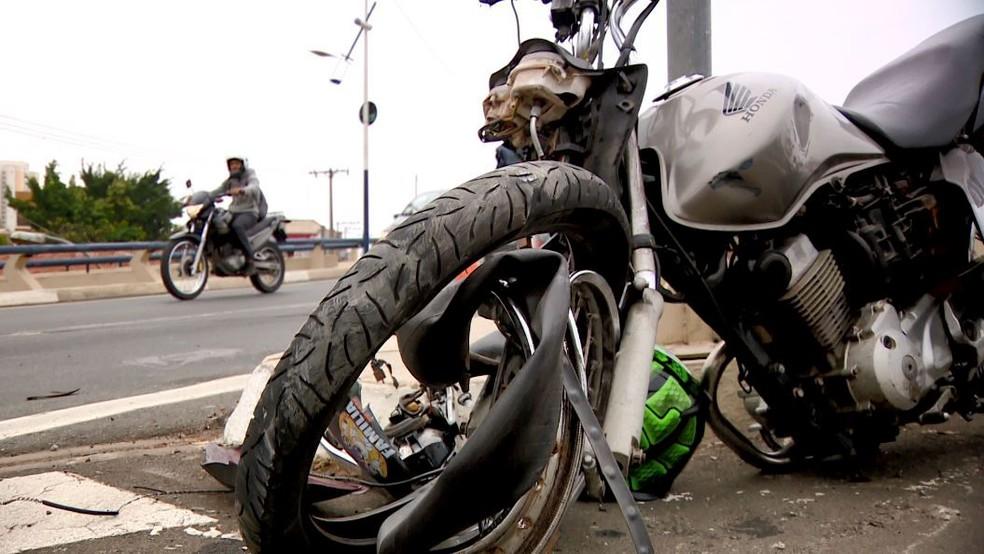 Moto ficou danificada após acidente no Viaduto Cury, em Campinas — Foto: Reprodução / EPTV