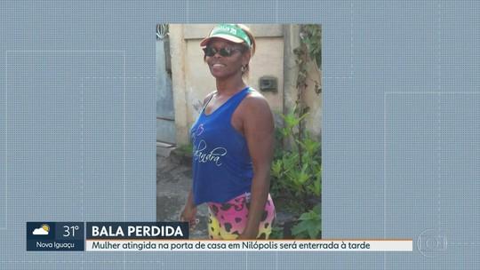 Amigos e parentes se despedem de mulher baleada na porta de casa em Nilópolis