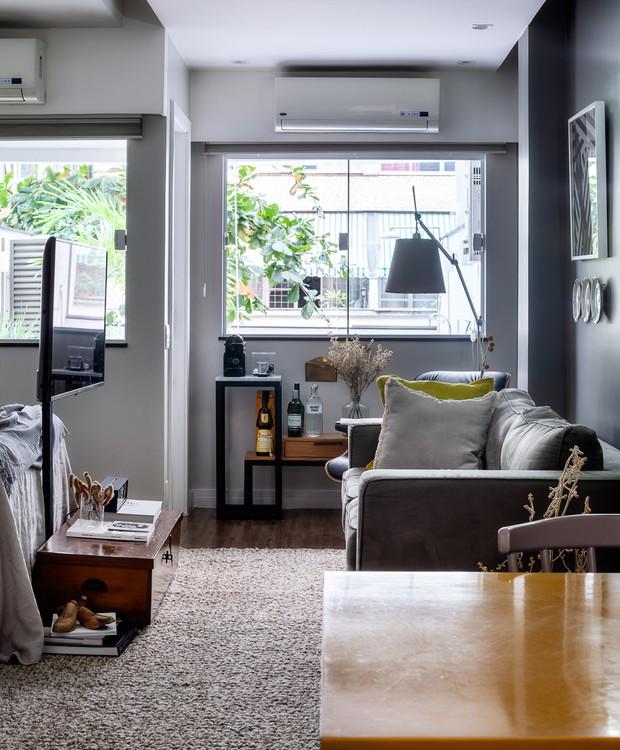 O espaço de armazenamento cresce junto ao pé da cama com o baú do Studio AD Paloma Danemberg. Tapete da Casa Julio (Foto: Dhani Borges)