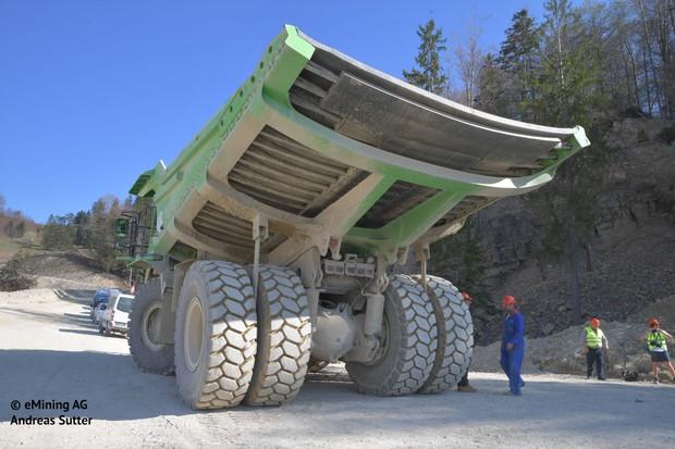 Maior veículo elétrico do mundo é um caminhão que não precisa ser carregado (Foto: Divulgação / Andreas Sutter)