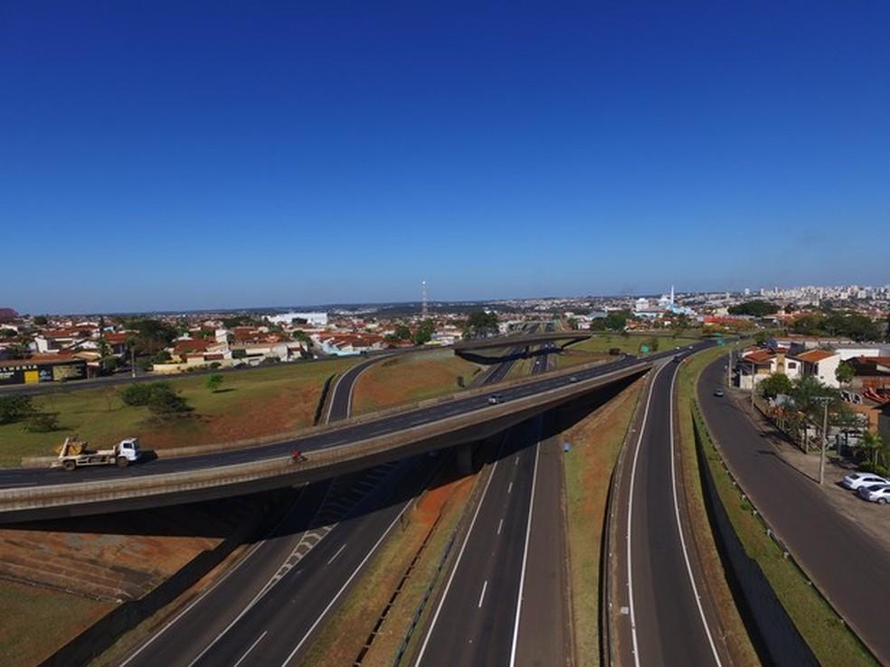 Criança de 7 anos teria dirigido pelo menos por dois quilômetros na rodovia SP-300 até a abordagem dos policiais — Foto: Divulgação