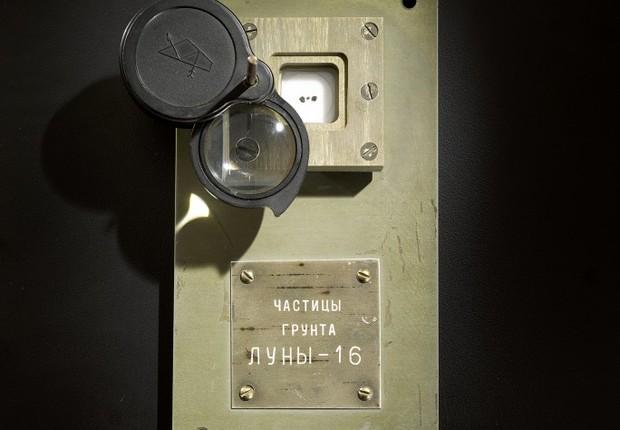 Amostras que serão leiloadas são as únicas partes documentadas da Lua em mãos privadas (Foto: Divugação/Sotheby's)