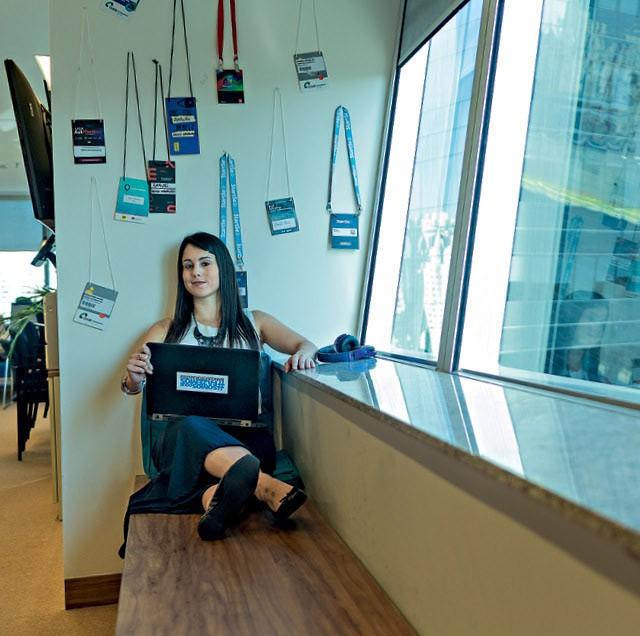 Graças a um projeto sobre blockchain, Fernanda Sales saiu do setor de análise de risco e foi para o laboratório de novas tecnologias  (Foto: Claus Lehmann)