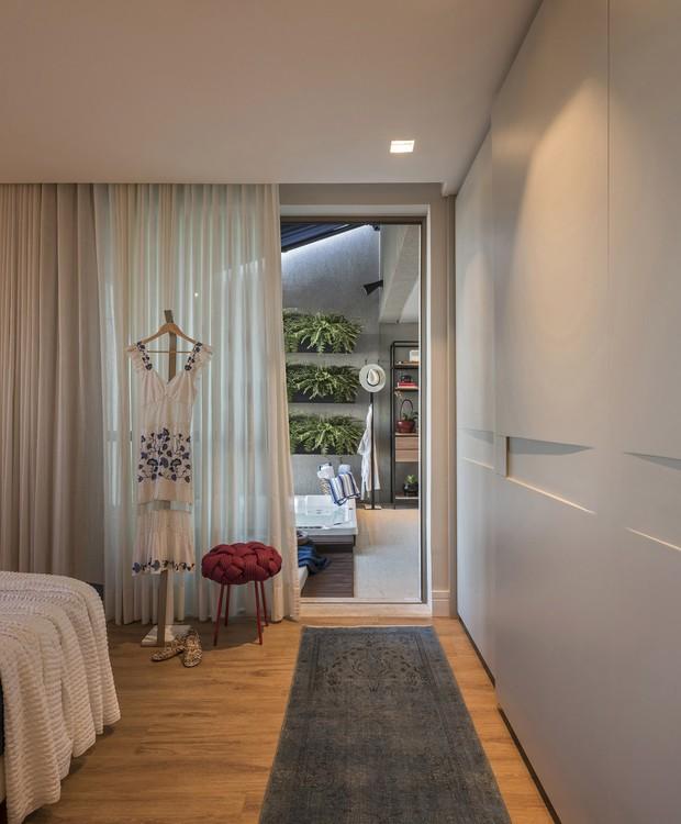 O lazer é logo ali: a porta lateral do quarto dá acesso à varanda com hidro e cobertura retrátil  (Foto: Daniel Mansur/Produção: Samira Ader/Divulgação)