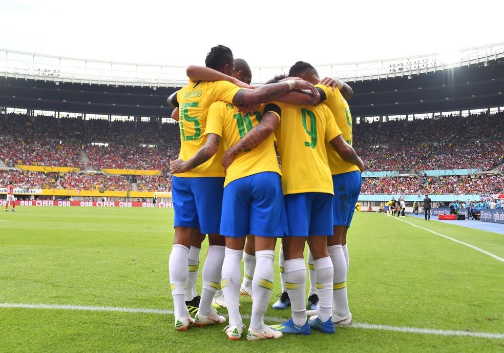 Tite destacou que há um bom trabalho de toda a equipe por trás do bom desempenho da Seleção (Foto: JOE KLAMAR / AFP)