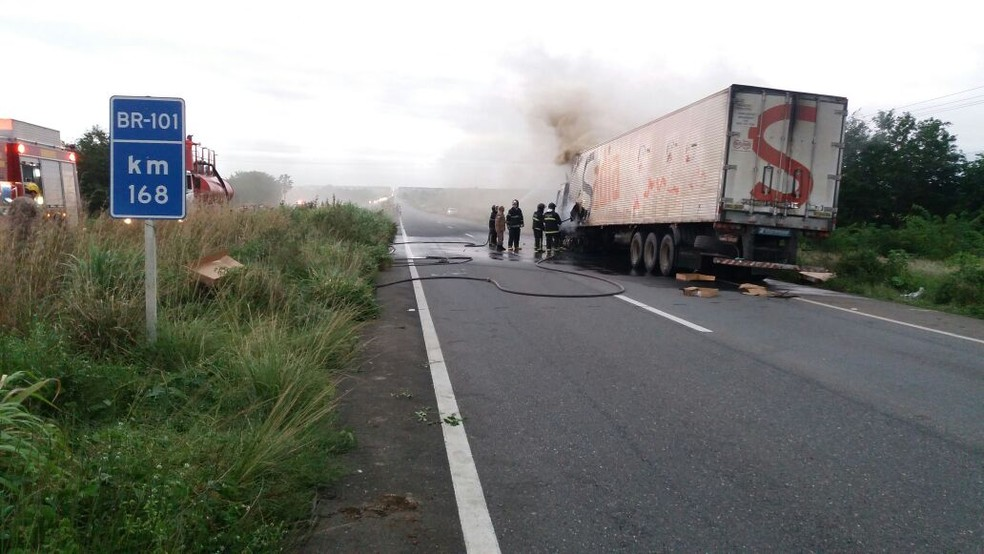 Carreta frigorífica começou a pegar fogo na altura da cidade de Canguaretama (Foto: Divulgação/PRF)