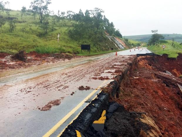 Diversas estradas ainda estão fechadas em razão da chuva (Foto: DER/Divulgação)