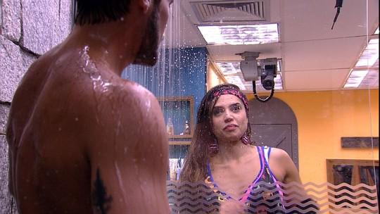 Paula observa Breno tomar banho