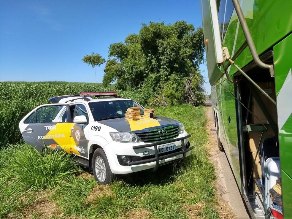 Abordagem a ônibus foi em Penápolis (SP), nesta quinta-feira (8) (Foto: Polícia Rodoviária Estadual/Divulgação)
