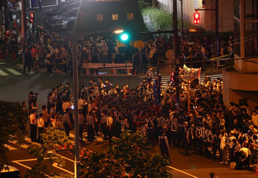 Manifestantes protestam contra os Jogos Olímpicos de Tóquio do lado de fora do Estádio Olímpico durante a cerimônia de abertura — Foto: Fabrizio Bensch/Reuters