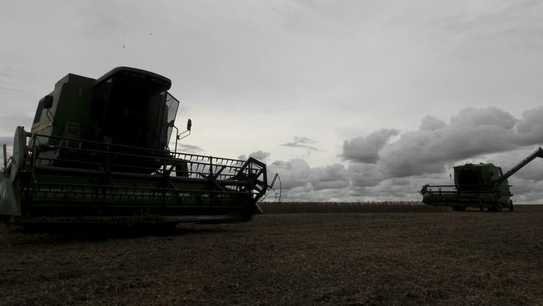 Colheita de soja em Primavera do Leste (MT) (Foto: Reuters/Paulo Whitake)