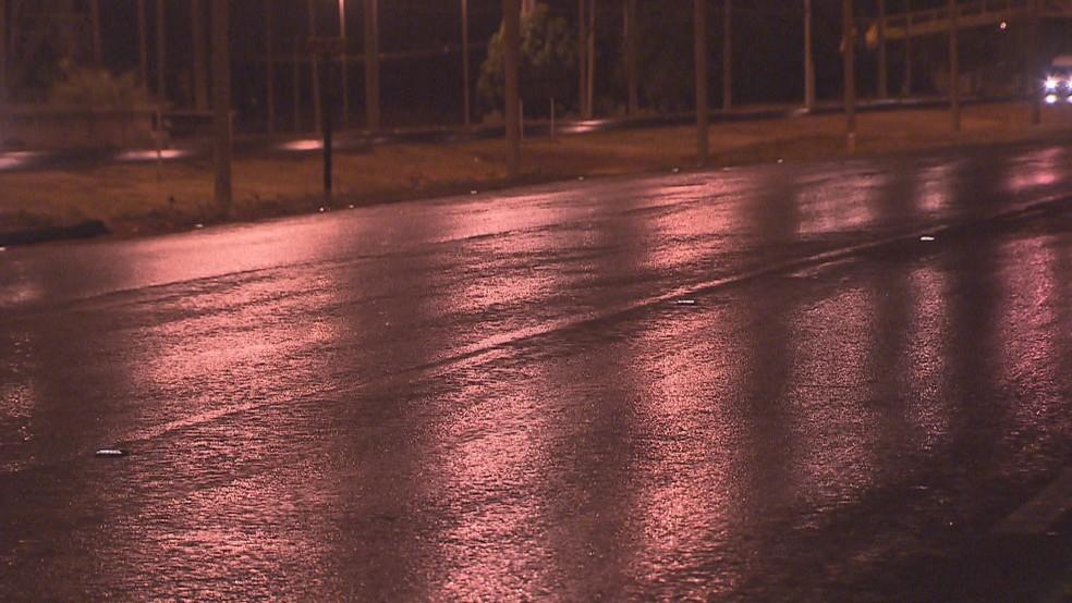 Pista molhada após chuva cair no DF — Foto: Reprodução/TV Globo
