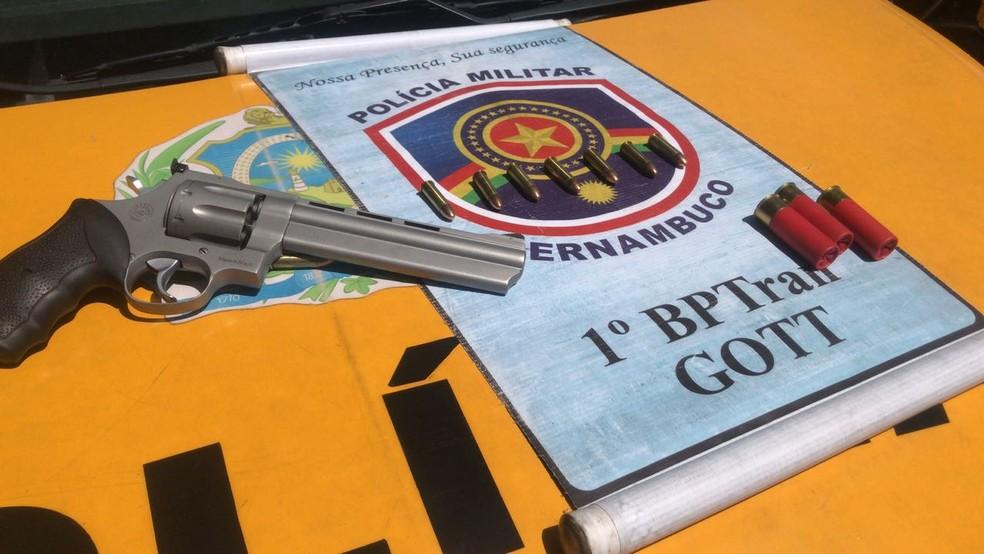 Revólver e balas intactas foram apreendidos no Recife (Foto: Polícia Militar/Divulgação)