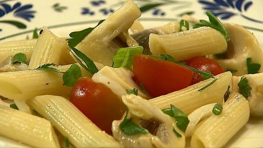 Aprenda a preparar salada de macarrão com champignon