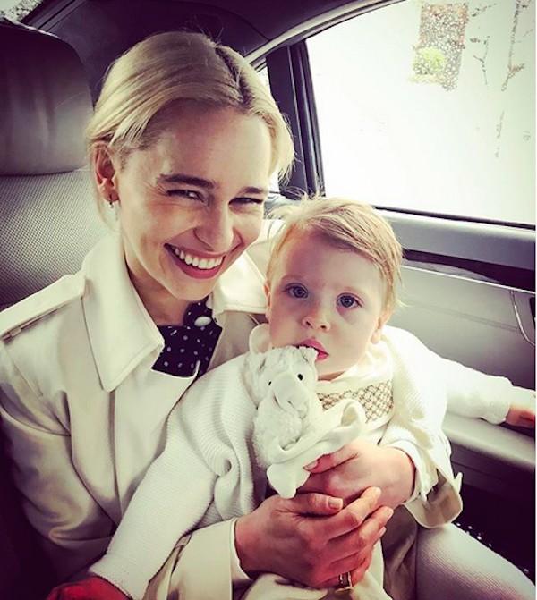 A atriz Emilia Clarke com o afilhado (Foto: Instagram)