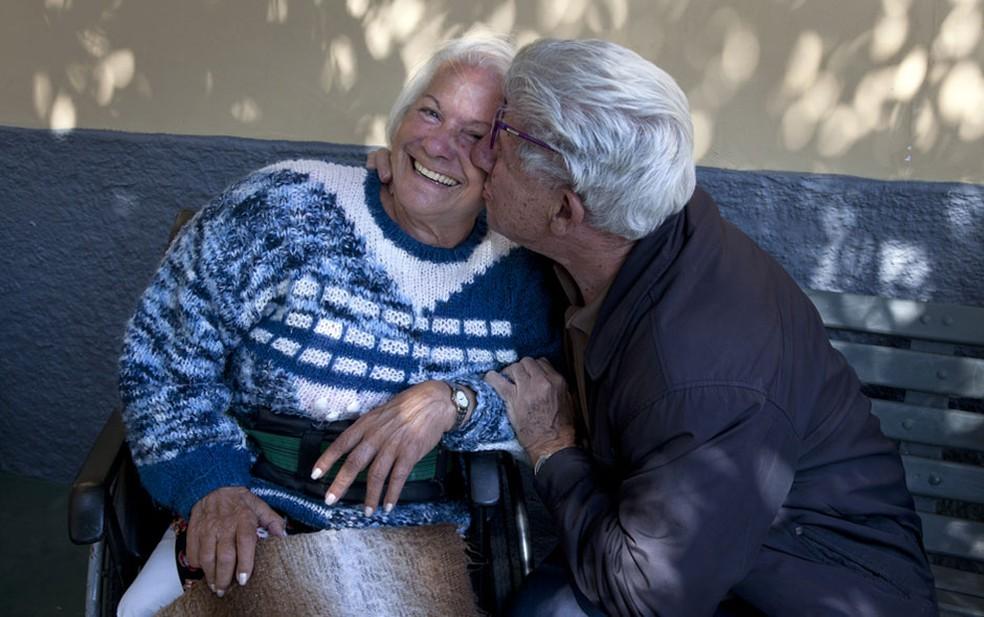 José Pazzoti, de 78 anos, beija Maria José Carlo, de 81, no jardim da casa de idosos A Mão Branca. Eles são namorados e se casaram durante a festa junina de 2015 (Foto: Guilherme Zauith/G1)
