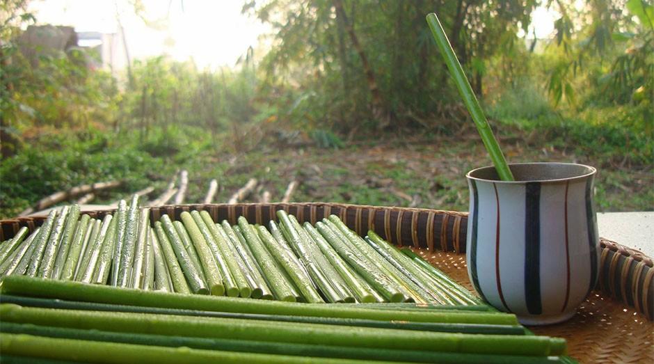 Os canudos são feitos de um tipo de vegetação local. (Foto: Divulgação)