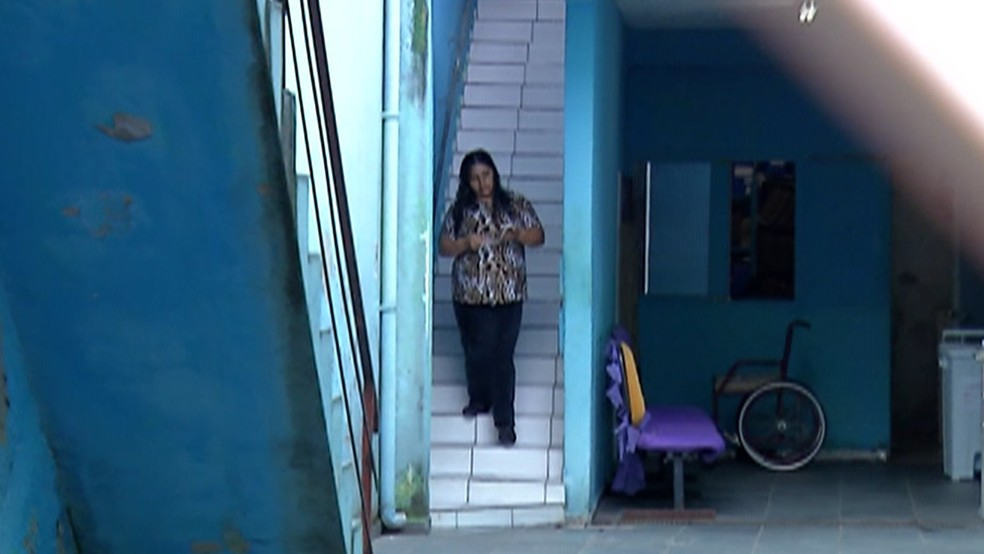 Acesso ao andar superior é feito por uma escada estreita e nada acessível. — Foto: Reprodução/TV Diário