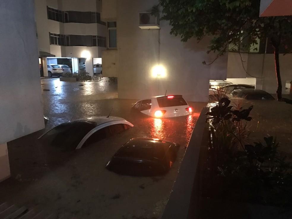 Garagem de prédio no bairro Itacorubi ficou alagado  (Foto: Marina Cidade)