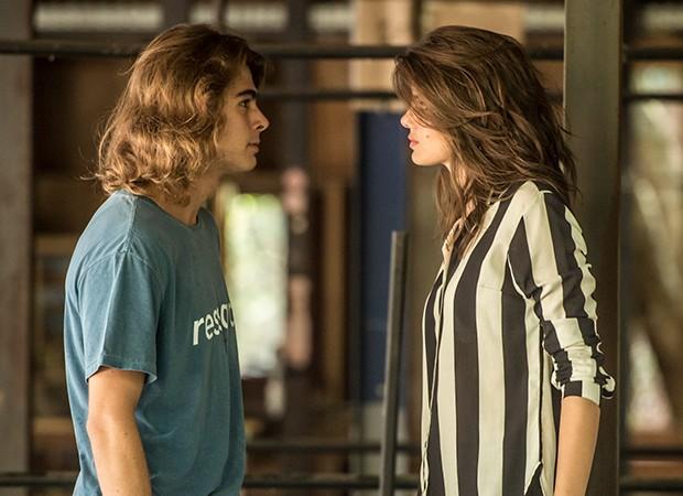 João (Rafael Vitti) avisa a Vanessa (Camila Queiroz) que provará sua inocência (Foto: Globo/João Cotta)
