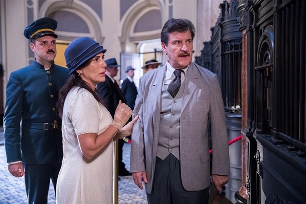 Lola (Gloria Pires) e Júlio (Antonio Calloni) se desesperam ao saber que contraíram nova dívida — Foto: Raquel Cunha/Globo