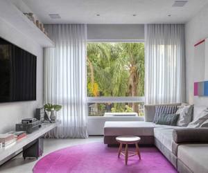 Madeira, cimento e pontos de cor em apartamento carioca de 110 m²