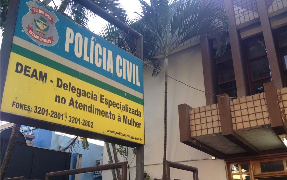 Preso suspeito de estuprar jovem foi levado para a Deam em Goiânia (Foto: Vanessa Martins/G1)