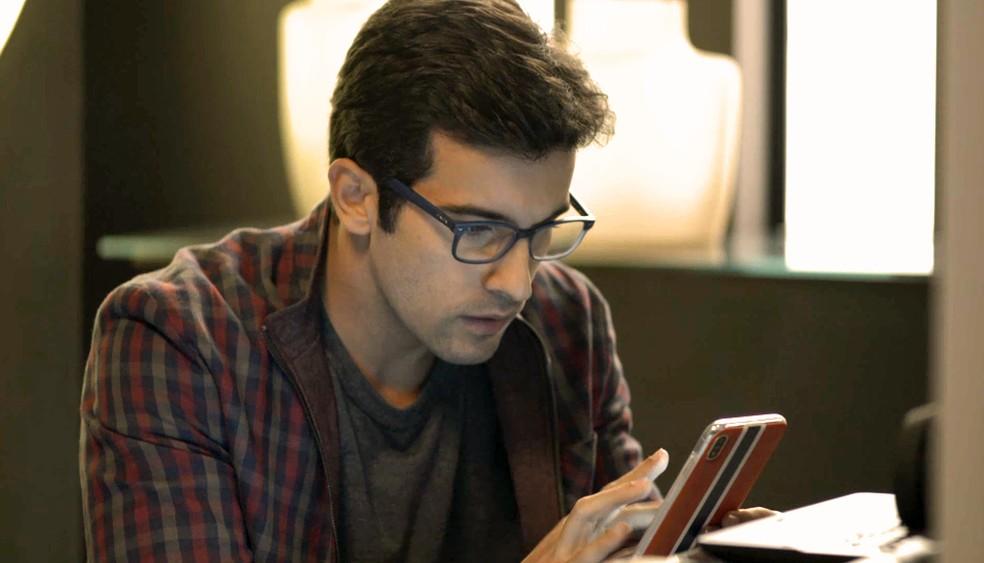 Zé Hélio (Bruno Bevan) consegue hackear celular de Jô (Agatha Moreira), em 'A Dona do Pedaço' — Foto: Globo