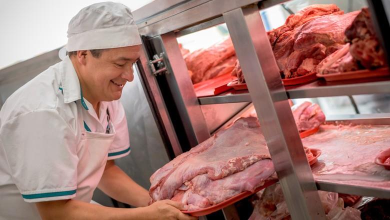 Homem pegando carne em um frigorífico (Foto: Getty Images)