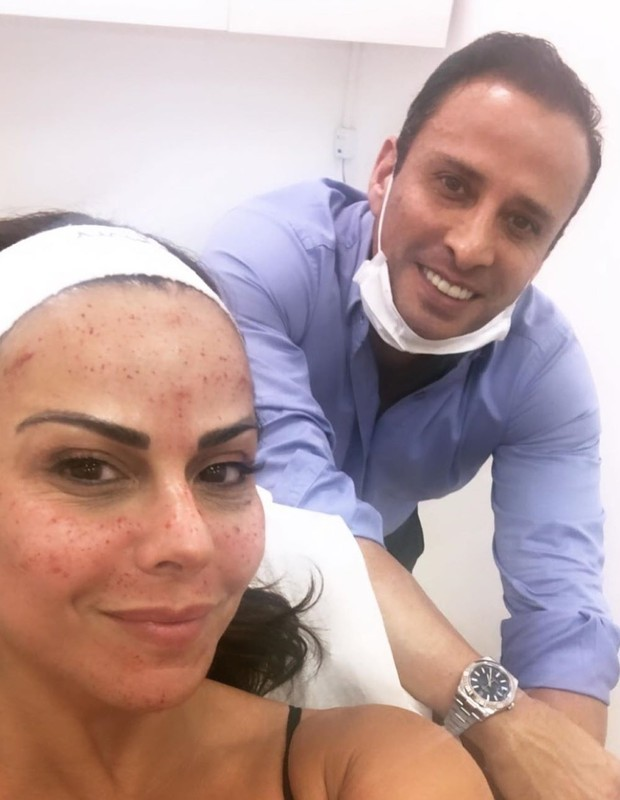 Viviane Araújo com médico durante tratamento estético (Foto: Reprodução/Instagram)