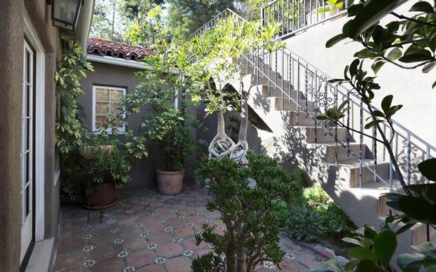 Área externa da casa do cantor Usher (Foto: Reprodução)