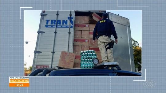 PRF apreende quase 500 mil maços de cigarros escondidos por caixas de ovos, em Porangatu