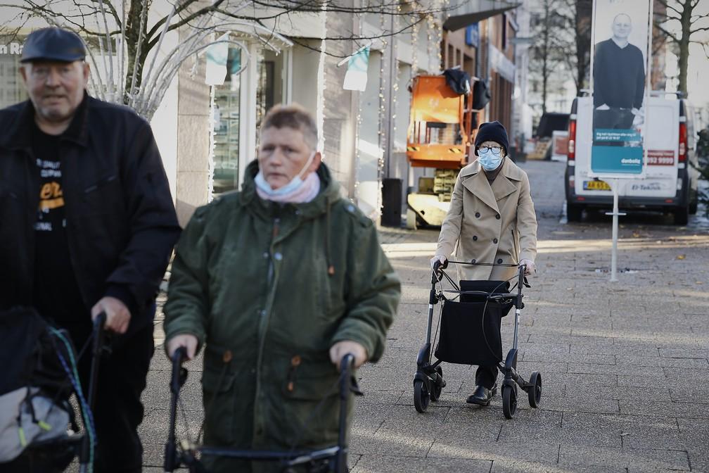Idosos com andadores são vistos andando nesta sexta-feira (6) em uma rua da cidade de Hjørring, na Dinamarca, uma das cidades afetadas pelo lockdown decretado pelo governo na quinta-feira (5). A medida deve vigorar até pelo menos 3 de dezembro.  — Foto: Claus Bjoern Larsen / Ritzau Scanpix / AFP