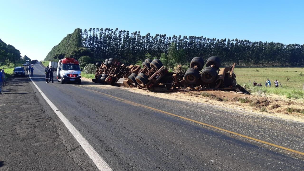 Batida entre dois caminhões deixa três pessoas feridas na BR-376, em Guairaçá